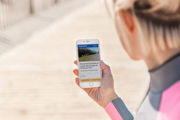 femme consulte un site de kayak sur mobile