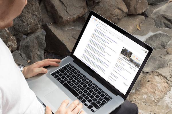 Un homme effectue une recherche sur Google